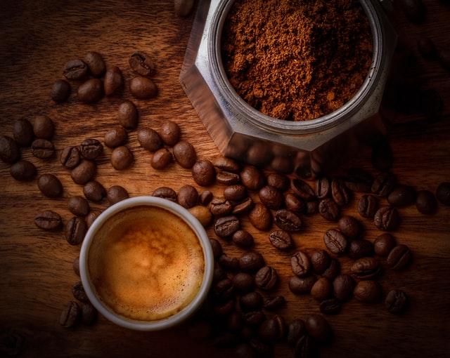 Café en grains, moulu et tasse de café
